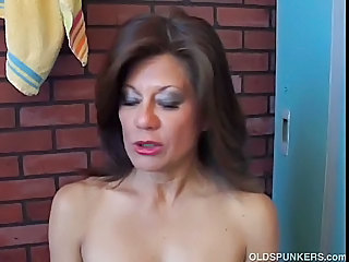 Gorgeous Mature Amateur Has A Ju...