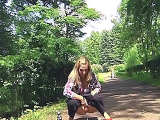 Cute pissing chick doing her nasty job inside the park