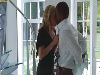 Rubia Interracial Besando Softcore