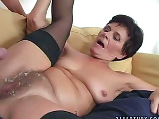 Mature bitch Tammy gets her pussy..