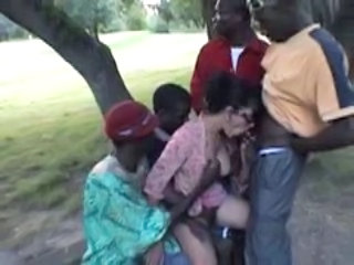 Fellation Gangbang Interracial MILF En plein air