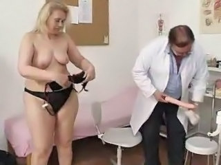 Aged Blonde lady has Her hoo-hoo bumped By the Doctor