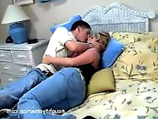 Jeans Kissing Latina