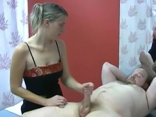 Masseuse is focused in masturbating her client for extra allegation