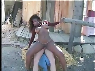 Ebony Gård Interracial MILF Utendørs Riding Vintage