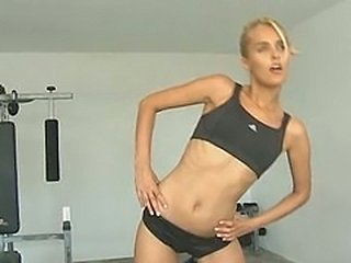 Insane blonde girl in the gym