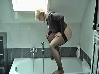 Piss: German Amateur pees in bathtub