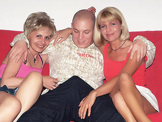 Mature chicks 3some