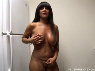 Big tits cougar shows off their way sexy body