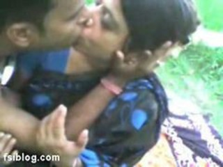 Amateur Indian Kissing MILF Outdoor