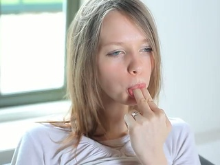 Gloria Expand Her Pussy Lips For...